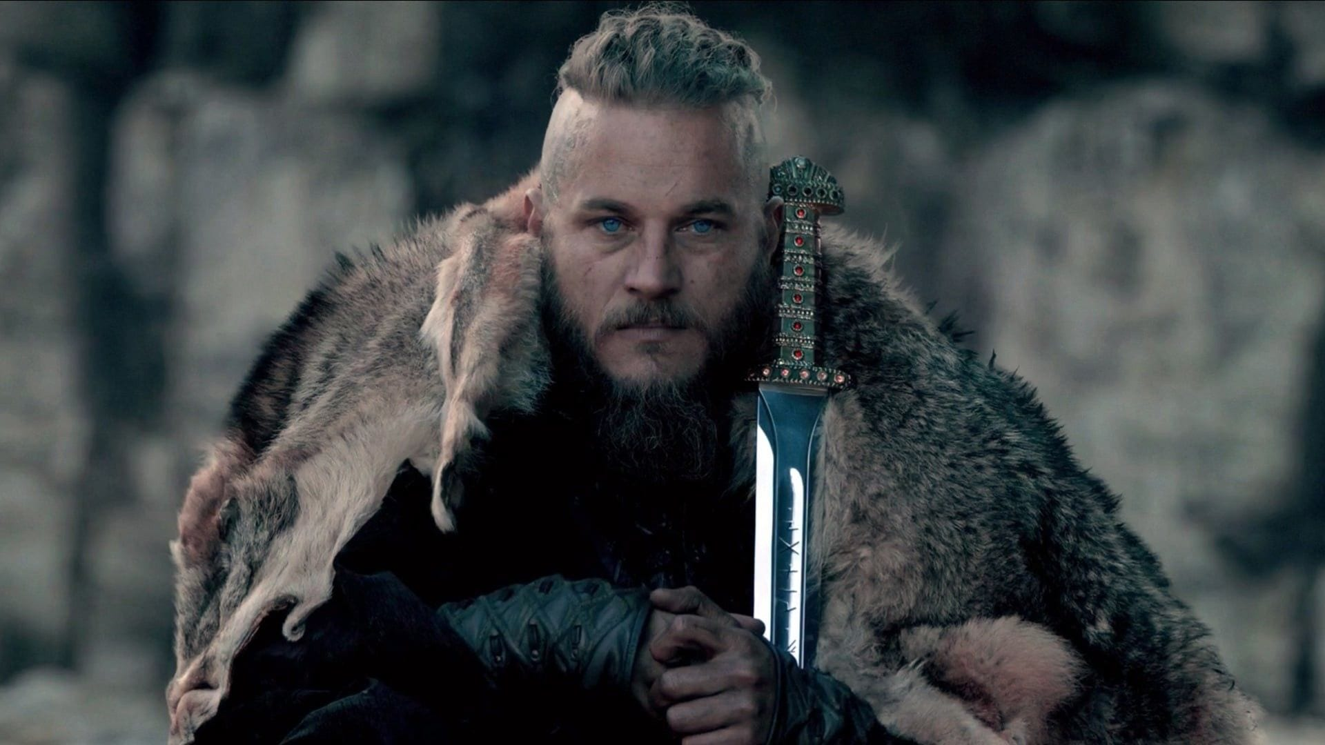 Kılıcını omzuna yaslamış kürk giyen adam.