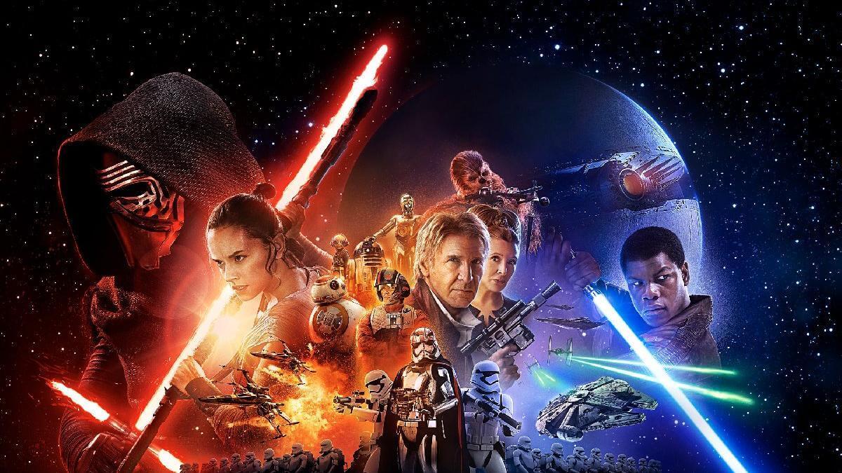 elinde mavi ve kırmızı ışın kılıçları bulunan adamlar ve arkada galaksi görünümü.