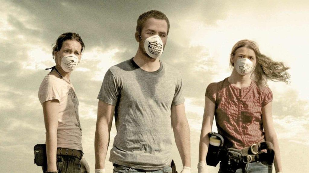 sağda ve solda maskeli kadınlar ortada maskeli bir adam