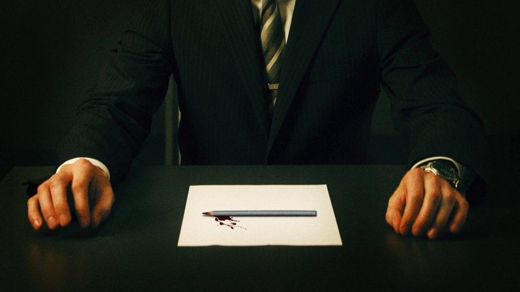 solda bir el ortada beyaz bir kağıt üzerinde kanlı bir kalem sağda bir el kolunda saat var