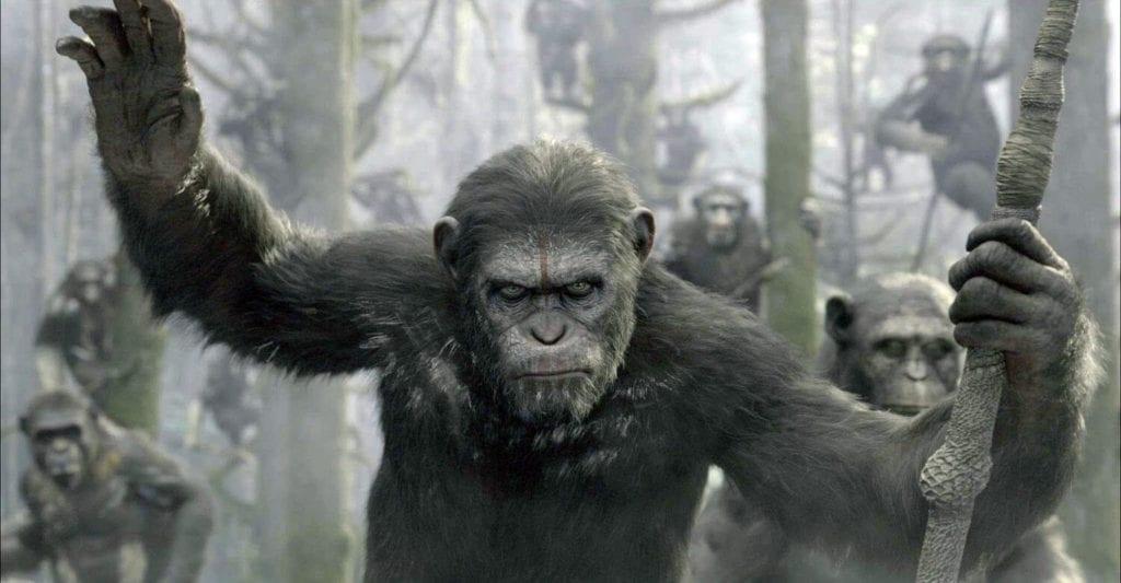 önde yüzü boyalı elinde mızrak olan bir maymun arkasında çok fazla maymun