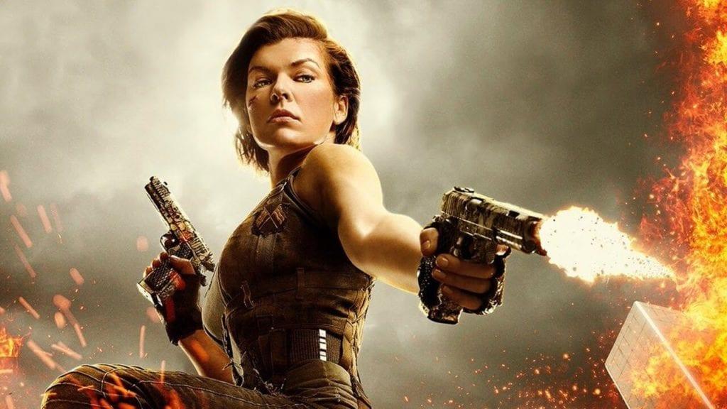 iki elinde silah olan bir kadın