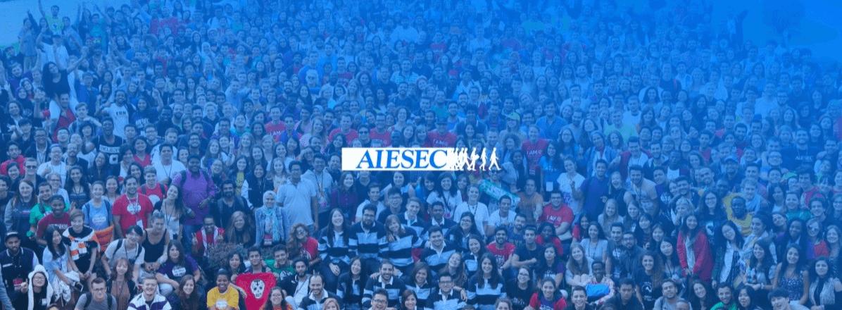toplanmış kalabalık insan topluluğu ortada yazı