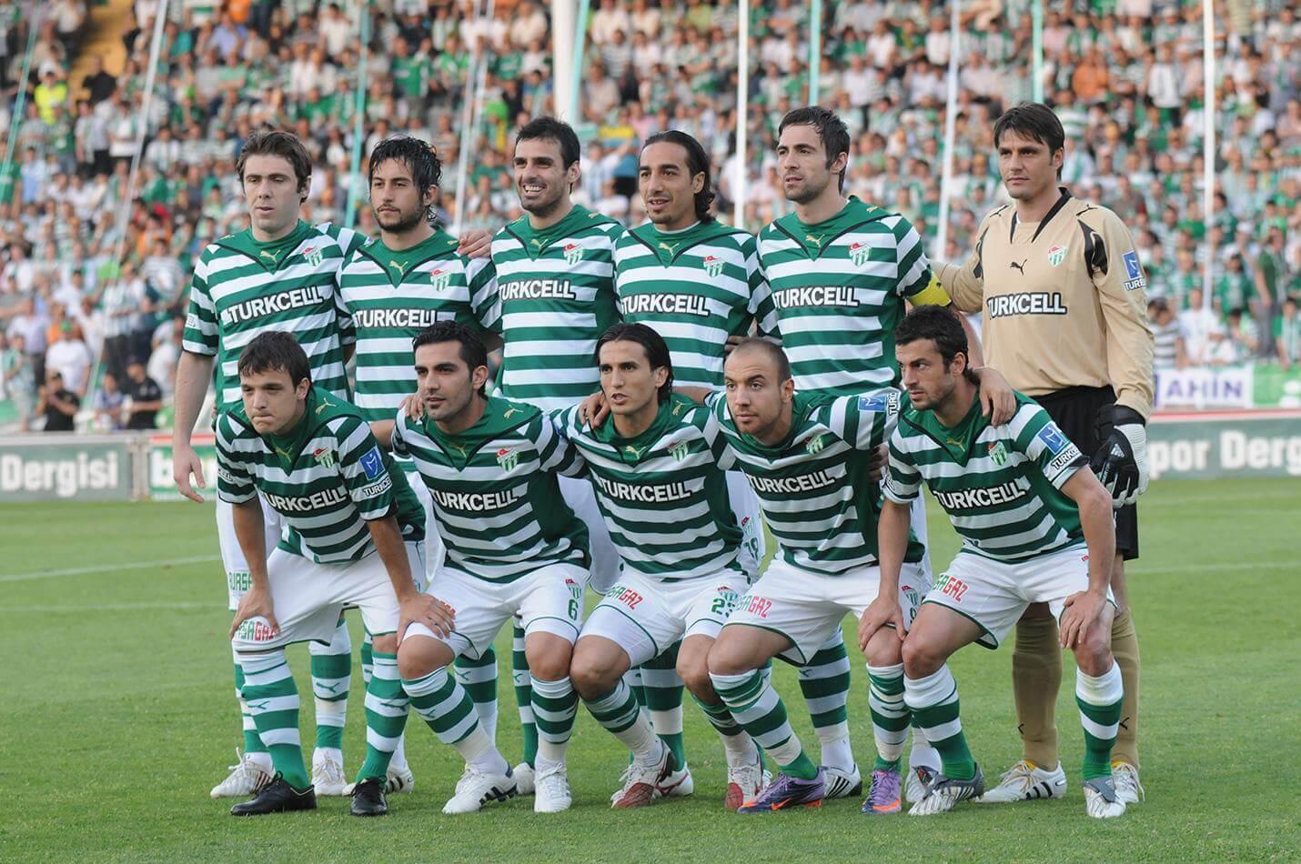 Yeşil beyaz çizgili forma giymiş 5 adam çömelmiş 6 tanesi ayakta poz veriyor.