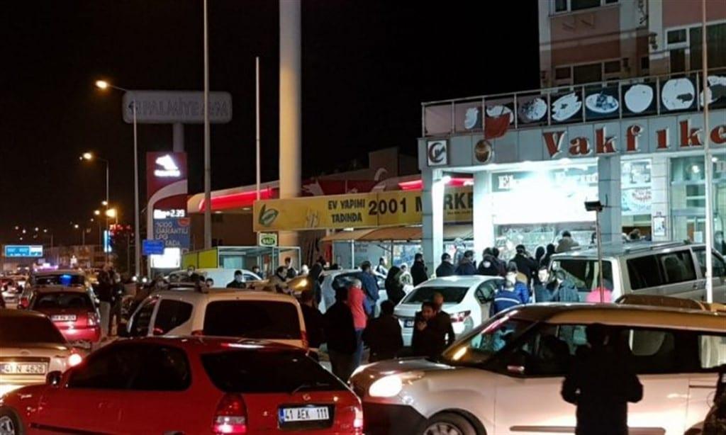 birkaç araba, mağazalar ve insanlar