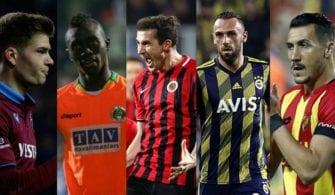 Bordo mavi formalı, turuncu formalı, kırmızı siyah formalı, sarı lacivert formalı ve sarı kırmızı formalı 5 futbolcu bakıyor.