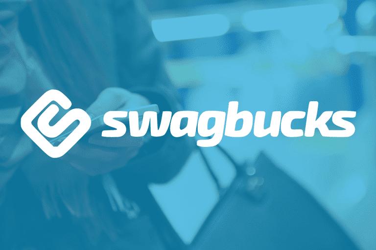 arka fonda elinde çanta takılı bir kadın ve blurlanmış ekran üzerinde swagbucks logosu