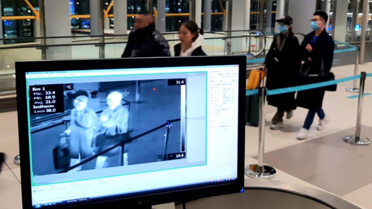 Bir adam bilgisayar ekranındaki insanları kontrol ediyor.