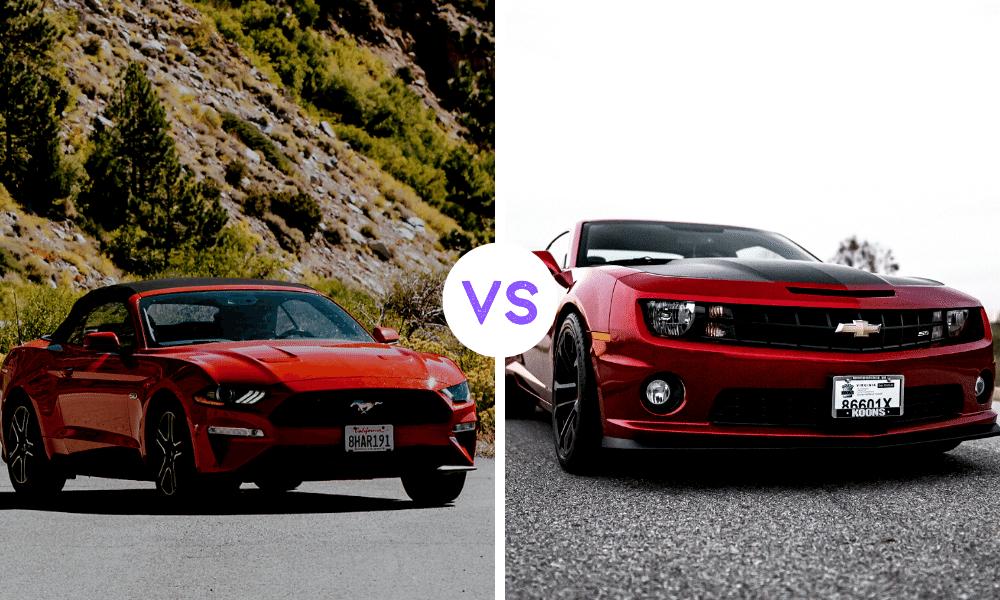 solda kırmızı bir araba önünde at logosu bulunuyor ve solda kırmızı bir araba be önünde haç şeklinde bir logo