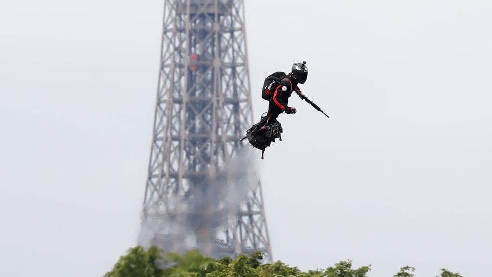 flyboard kullanan adam ev eyfel kulesi