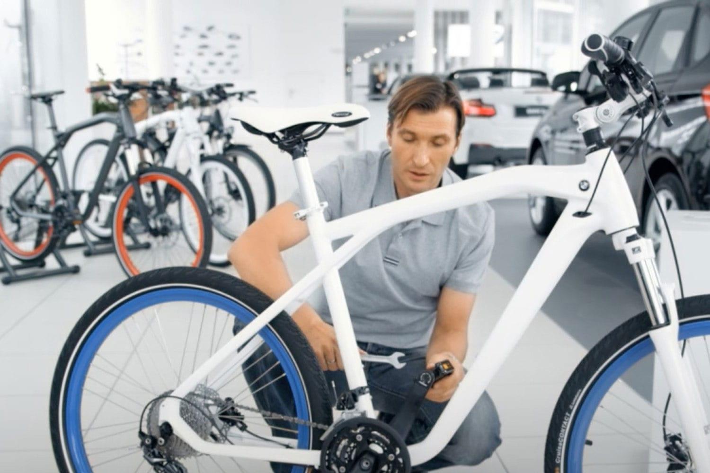 bisikletle poz veren bir bisikletçi