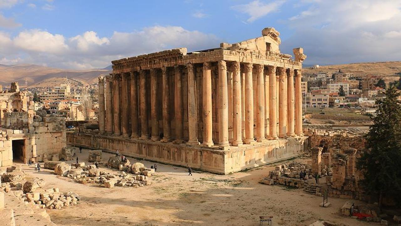 toprak renginde yapılmış kolonlardan yapılmış bir yapı.