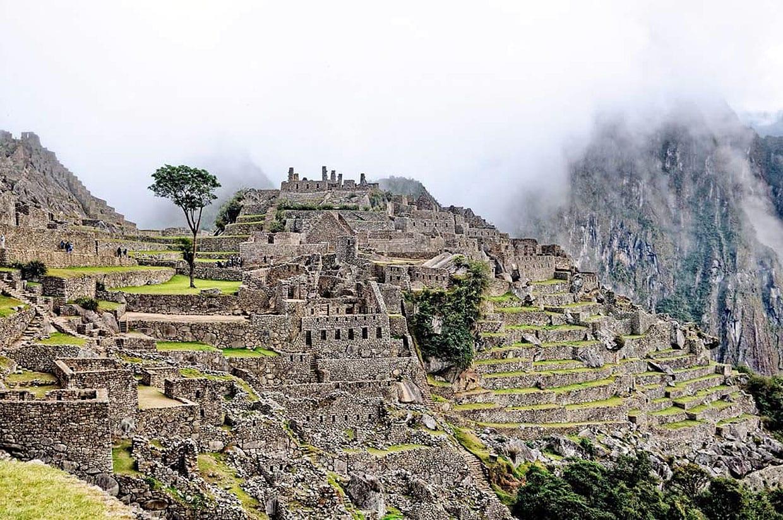 bir dağa dizilmiş taş duvarlar