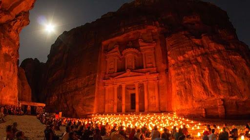 Ay ışığı ve mum ışığı ile aydınlanan taş yapı