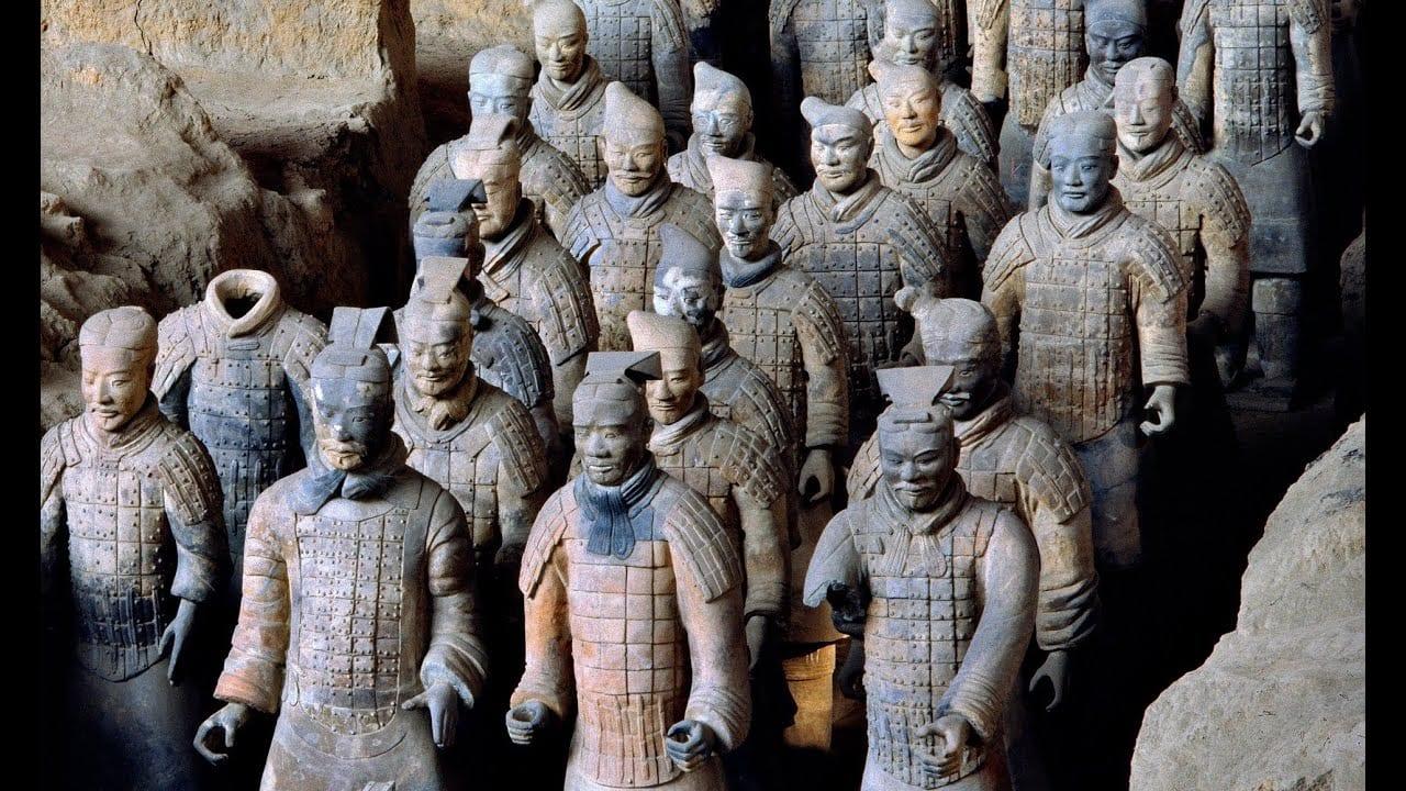 taştan yapılma insana benzeyen heykeller