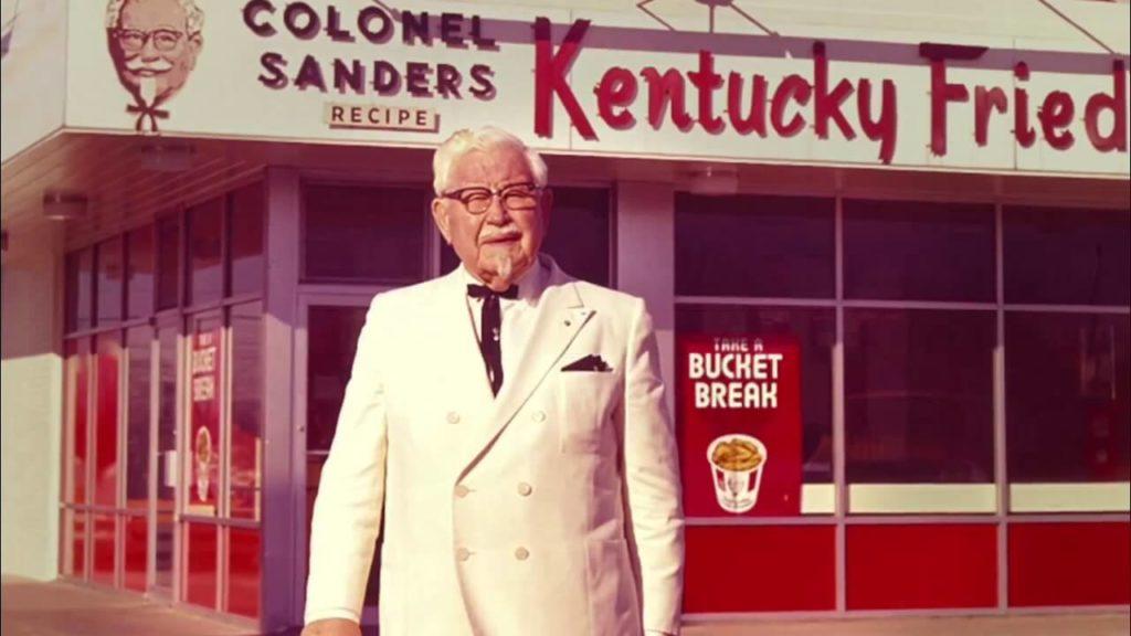 Harland Sanders KFC restoranı önünde