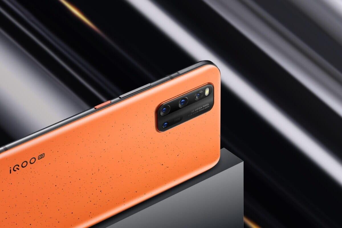 turuncu renkli siyah dikdörtgen siyah renkli kameralı bir telefon