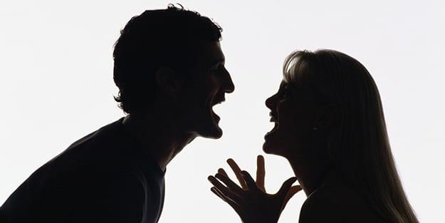 adam ve kadın tartışıyor