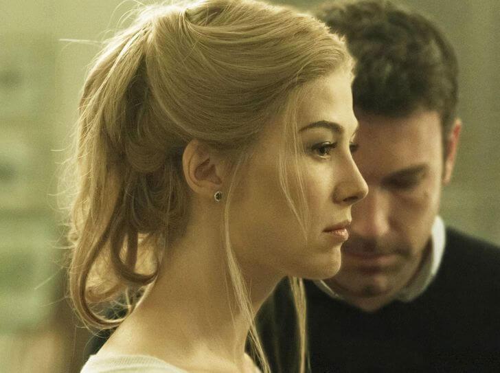 sarı saçlı kadın ve arkasında bir adam
