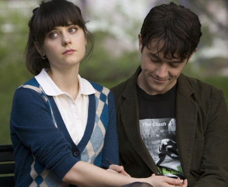 yeşil gözlü gömlekli kadının eline bakan kahverengi renkli ceketli adam